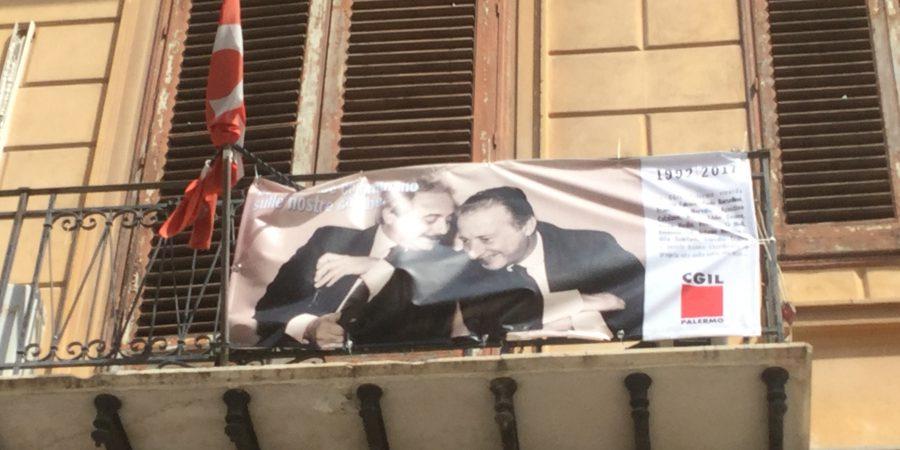 Cgil, uno striscione con le immagini di Falcone e Borsellino, e i nomi dei poliziotti delle scorte, appeso ai balconi della sede di via Meli e nelle altre dieci sedi delle Camere del Lavoro di Palermo e provincia, per i 25 anni dalle due stragi